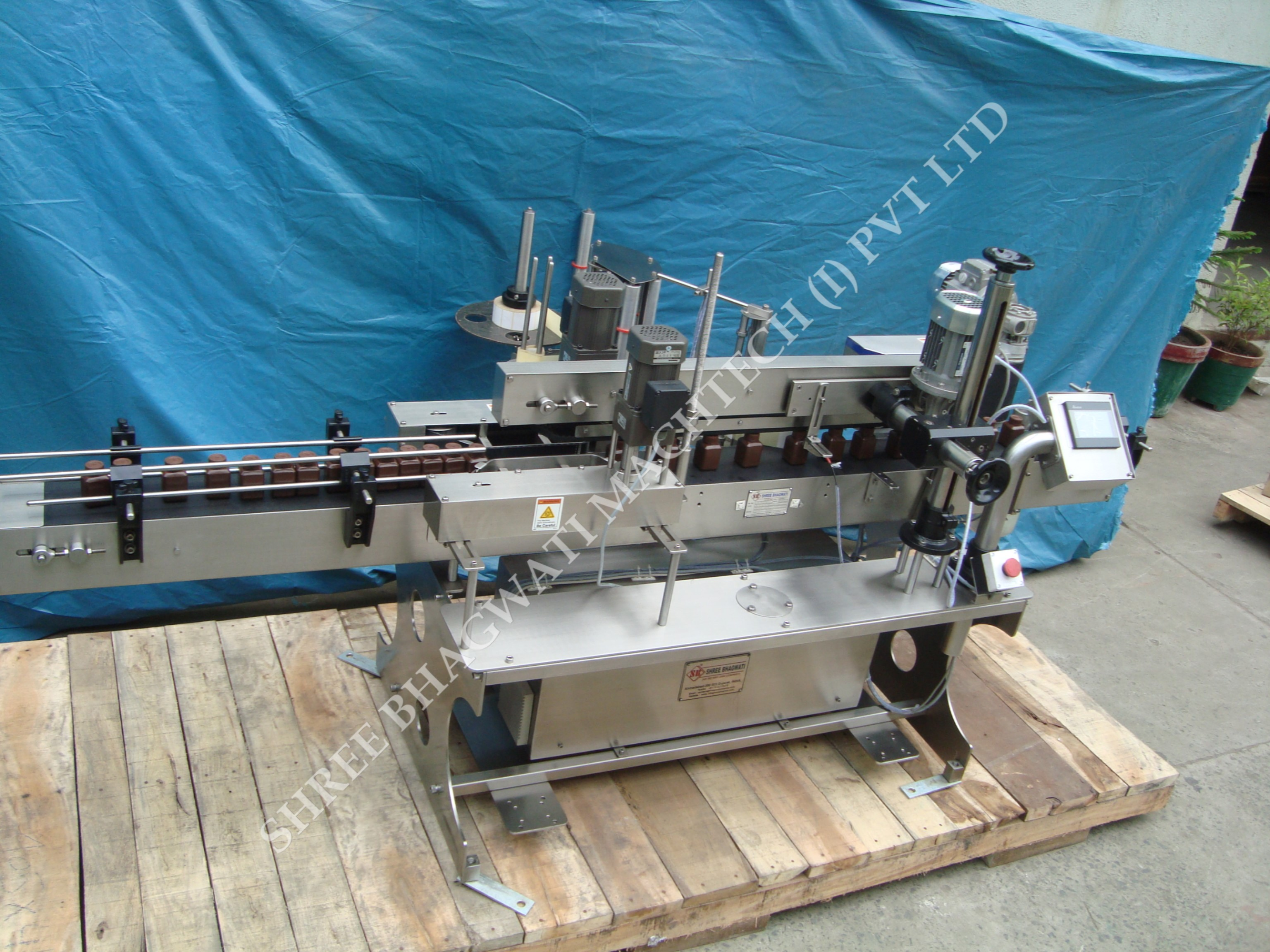 Round Bottle Sticker Labeling Machine for Various Industries in Europe
